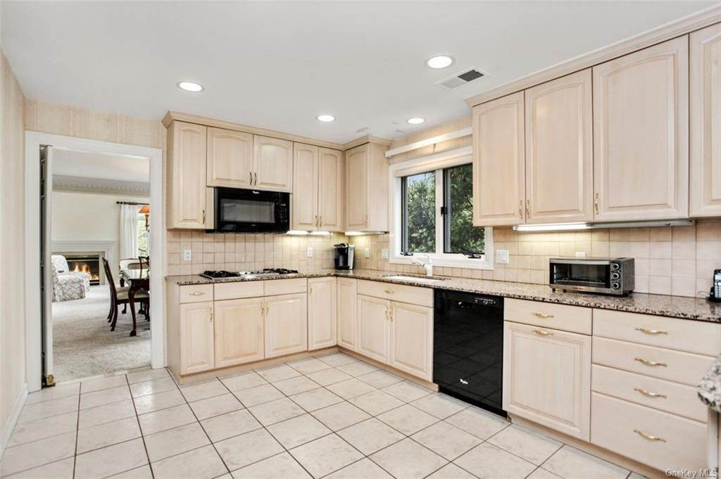 8. Single Family Home for Sale at 5 Stone Falls Court Rye Brook, New York, 10573 United States