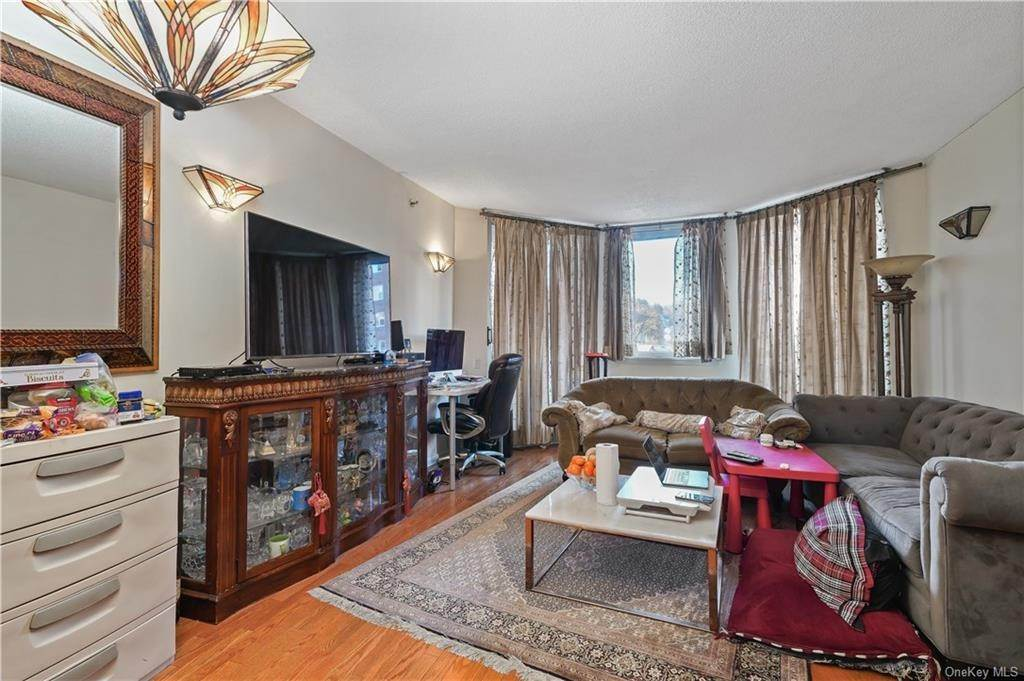 8. Single Family Home for Sale at 50 E Hartsdale Avenue Hartsdale, New York, 10530 United States