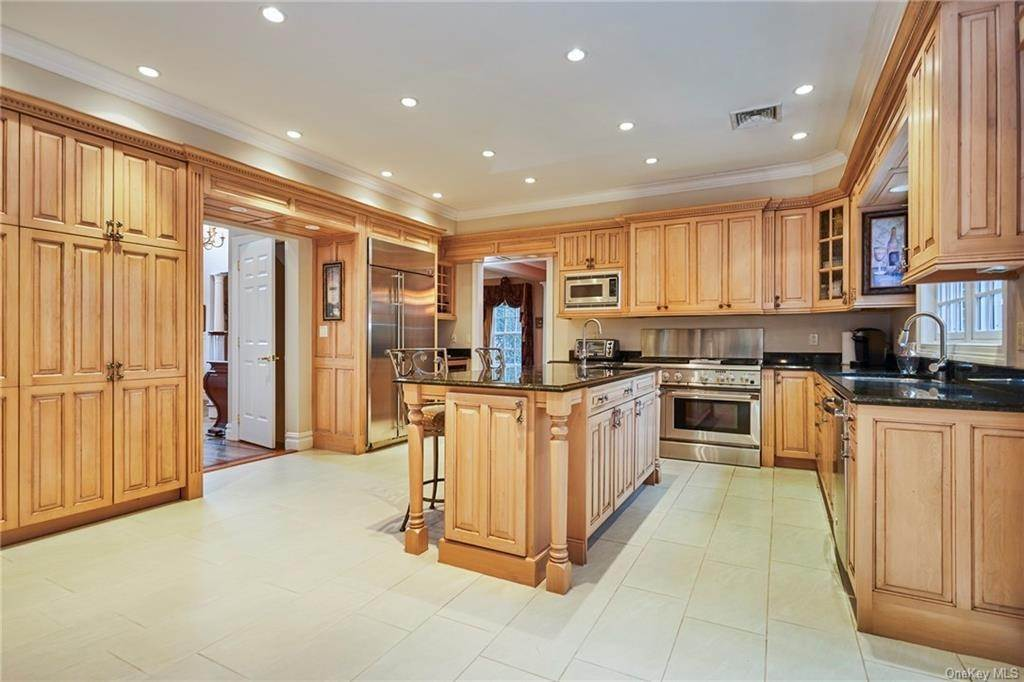 9. Single Family Home for Sale at 3 Mill Pond Lane New Rochelle, New York, 10805 United States