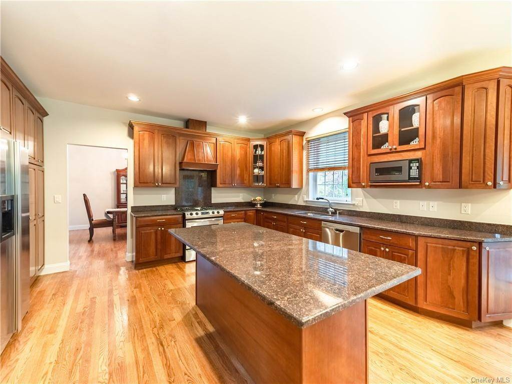 9. Single Family Home for Sale at 2689 Deer Street Mohegan Lake, New York, 10547 United States