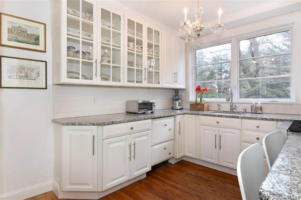 9. Single Family Home for Sale at 5 Park Avenue Terrace Bronxville, New York, 10708 United States