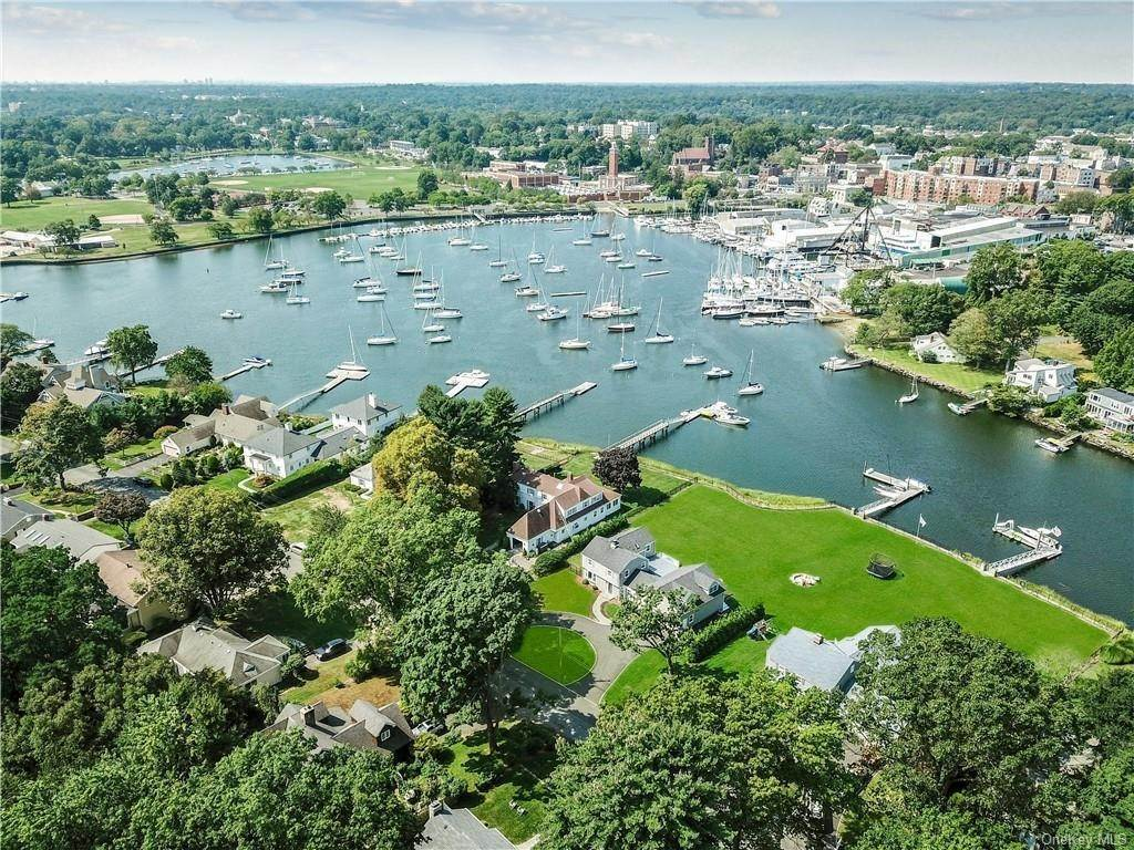 9. Single Family Home for Sale at 561 Shore Acres Drive Mamaroneck, New York, 10543 United States
